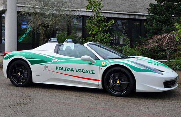 Спорткар Феррари 458 Spider пополнил парк автомобилей милиции вгороде Милане