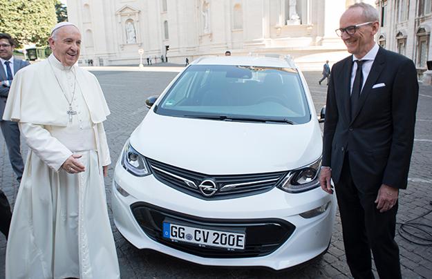 Папе Римскому вручили электрический Опель