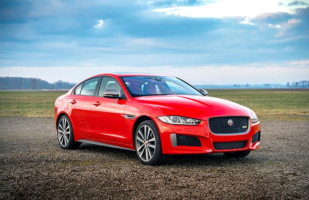 В РФ появились «спортивные» седаны Jaguar XE и XF в версии 300 Sport